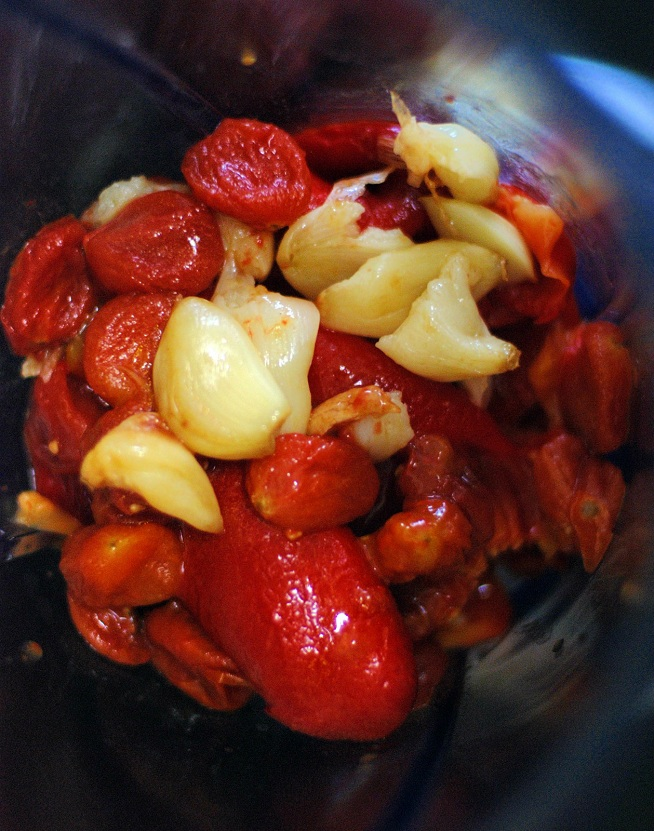 בקרוב תהיו רומסקו. העגבניות, השום והפלפלים בתוך הבלנדר