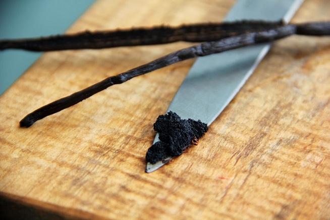 ומגרדים החוצה את הזרעים (תיזהרו לא לאכול לעצמכם את האצבעות) צילום: קרן ביטון כהן