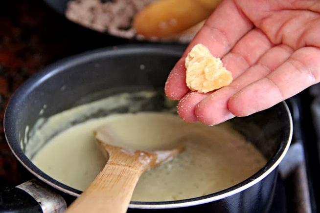 לרוטב הקארי מוסיפים סוכר דקלים שמופק משרף עצי דקל. צילום: קרן ביטון כהן