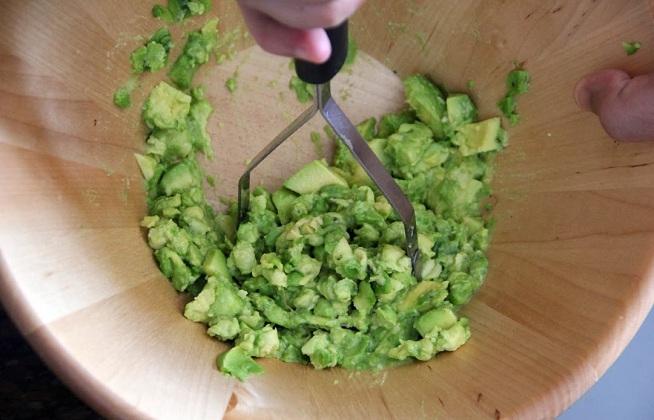מועך פירה יעיל במיוחד כשמכינים כמות גדולה של גוואקמולה. צילום: קרן ביטון כהן