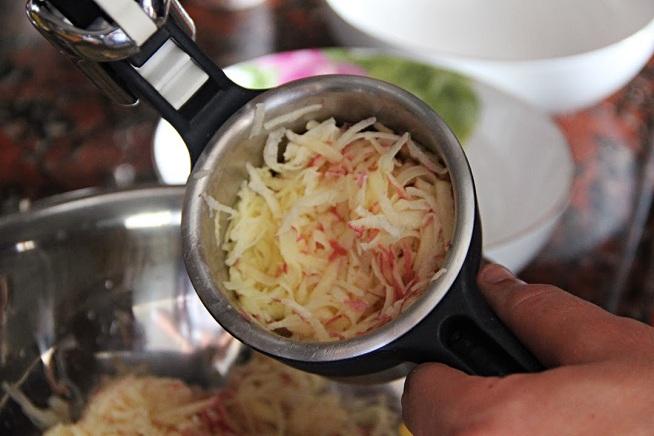 לסחיטה נעזרתי במועך תפוחי אדמה. צילום: קרן ביטון כהן