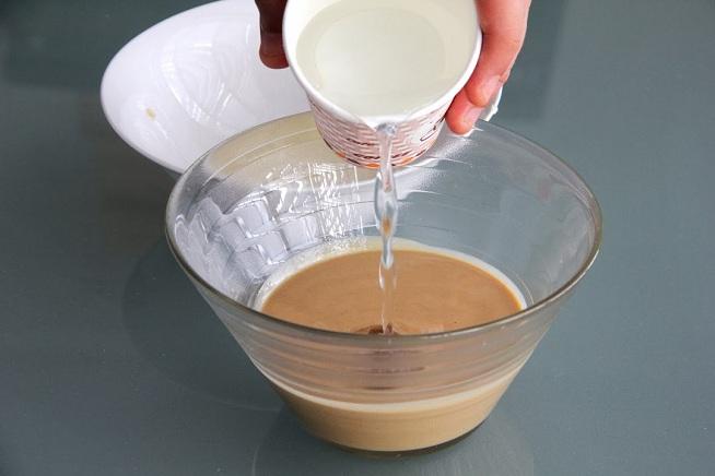 טחינה גולמית, מים ומיץ לימון טרי כמובן. צילום: קרן ביטון כהן