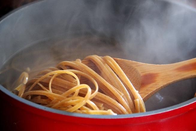 התחילת הבישול העמילן יתחיל להתרכך - הפסטה מתגמשת אבל עדיין נוקשה. צילום: קרן ביטון כהן