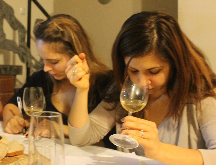 אליס ומאיה לקחו את הטעימה ברצינות :] צילום: עז תלם