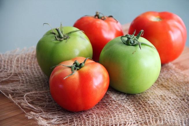 אם לא מצאתם עגבניות ירוקות, שימו עגבניות אדומות קשות. צילום: קרן ביטון כהן