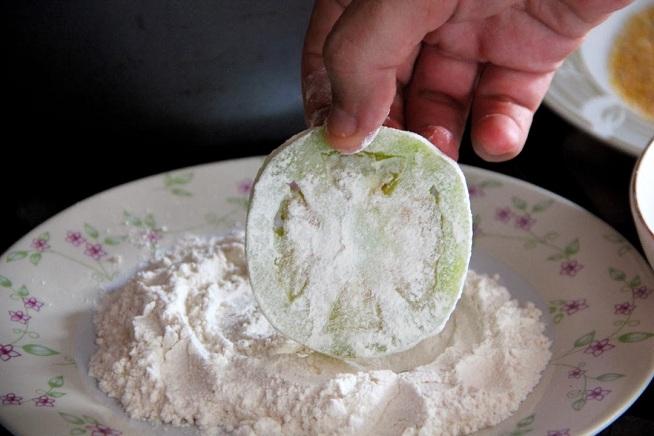 העגבניה רטובה, ויבש נדבק לרטוב, אז מתחילים בקמח. צילום: קרן ביטון כהן
