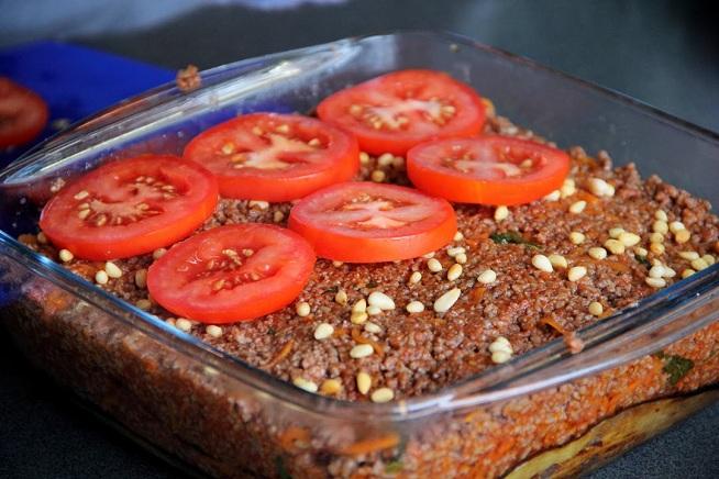 שלב 6: צנוברים, עגבניות ואז לתנור. צילום: קרן ביטון כהן