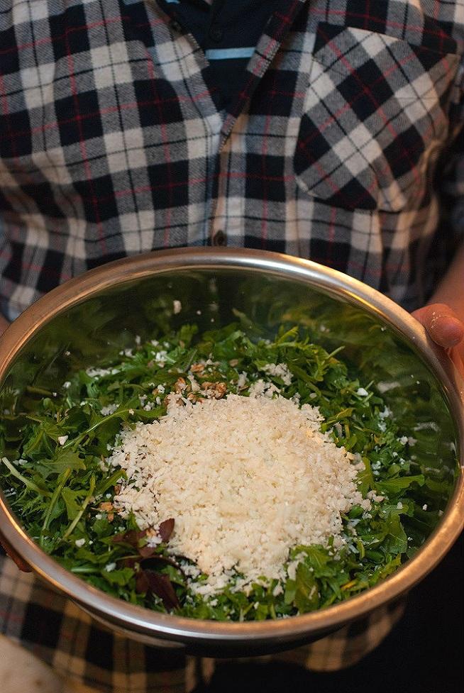 טאבולה כרובית רגע לפני ערבוב. אפשר לשים איזה עשבים אכילים שבא לכם :] צילום: איתי אלדר