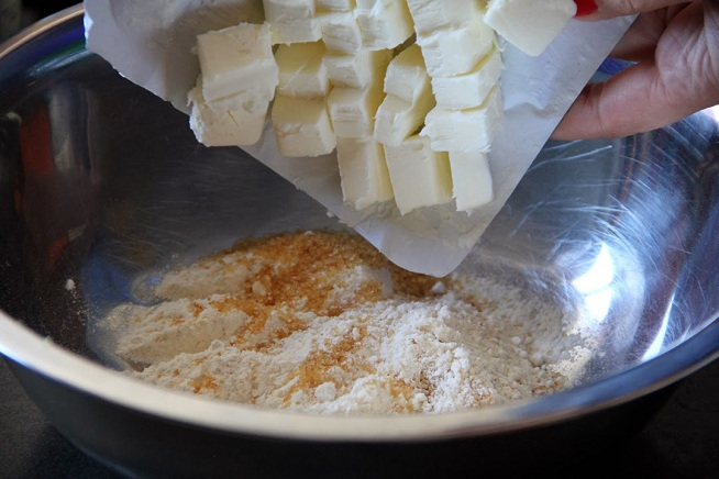 תערובת הקרמבל מתחילה בחמאה, סוכר וקמח. צילום: קרן ביטון כהן