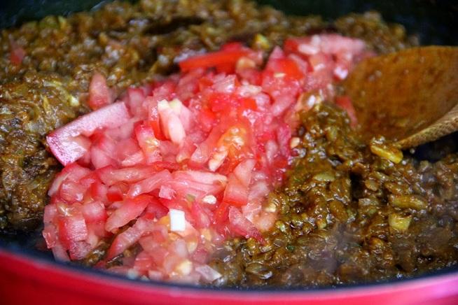לבסיס הטעם (שימו לב לצבע הכהה) מוסיפים עגבניות. צילום: קרן ביטון כהן