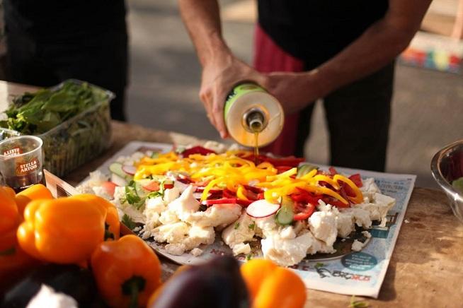 מזלפים מלא שמן זית על כל מיני ירקות. צילום: רוני פרל