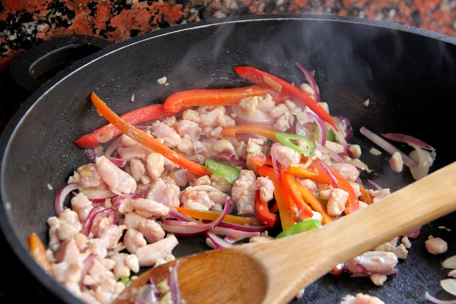 מטגנים את הירקות וכשהם התרככו מוסיפים את הבשר. צילום: קרן ביטון כהן