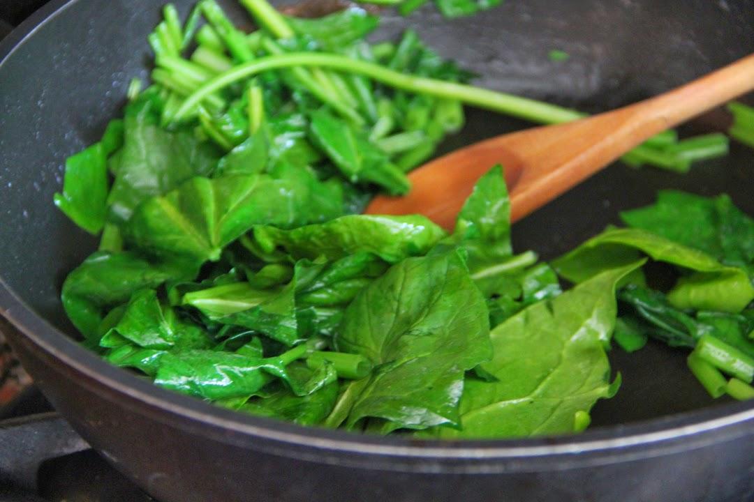 התרד מאבד את רוב נפחו בבישול, וחשוב לסחוט אותו היטב. צילום: קרן ביטון כהן