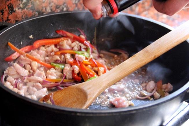 כשהבשר מתבשל מוסיפים את רוטבי הסויה והדגים. צילום: קרן ביטון כהן