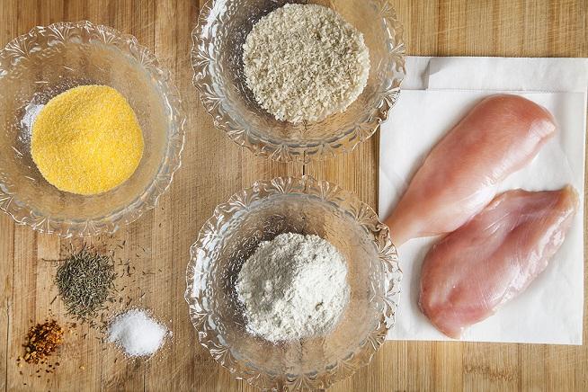 את חזה העוף טובלים במים קרים ואז בתערובת של כל מה שלידו: פירורי לחם, קמח רגיל, קמח תירס ותבלינים. צילום: אסף אמברם