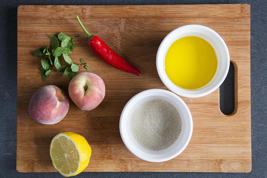 אפרסק תמים, צ'ילי ונענע. צילום: אסף אמברם