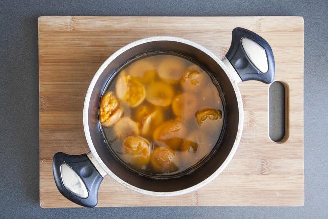 את המשמשים גם מכסים במים ומבשלים עד ריכוך. צילום: אסף אמברם