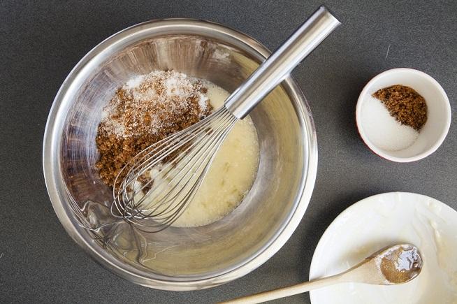 מתחילים בערבוב החמאה והסוכר (תהליך שנקרא הקרמה). צילום: אסף אמברם