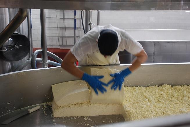 כששמים בלוקים של גבינה אחד על השני זה צ'דרינג. צילום: Adam Fagen, flickr