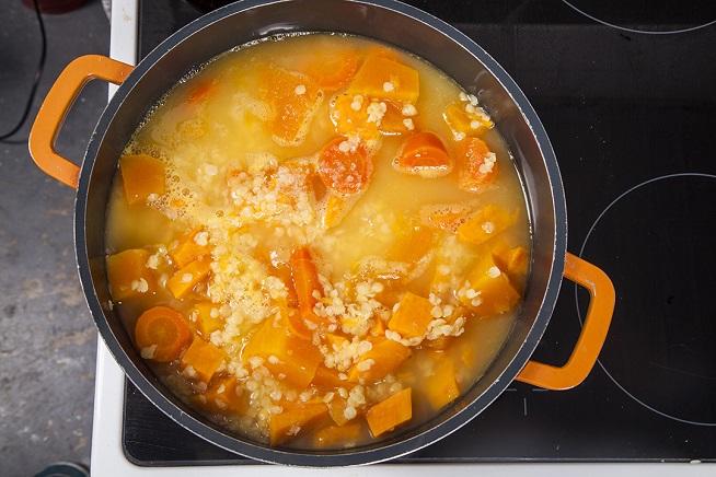 את הירקות החתוכים מבשלים עד שהתרככו. צילום: אסף אמברם