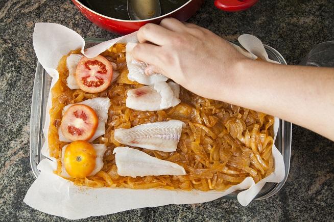 ומעל כל פיסת דג - פרוסת עגבנייה. צילום: אסף אמברם