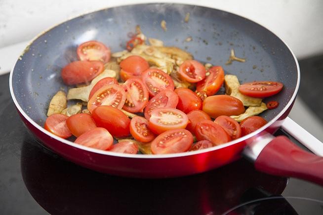 ואז מוסיפים את עגבניות השרי. צילום: אסף אמברם