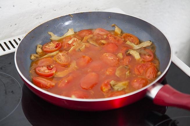 וכשהעגבניות התרככו מעט מוסיפים את מיץ העגבניות, טועמים ומביאים לרתיחה. צילום: אסף אמברם
