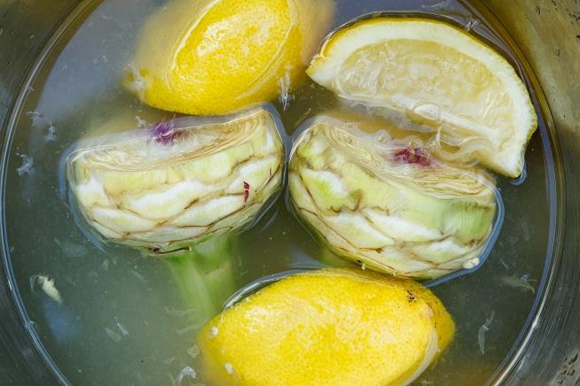 ואחרי הקילוף משרים במים עם לימון כדי שלא ישחיר. צילום: מתן כץ