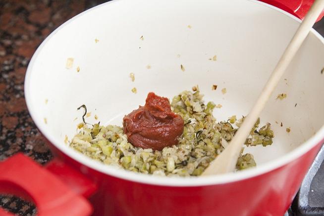 אל בסיס הבצל, שום, סלרי וטימין מוסיפים את רסק העגבניות. צילום: אסף אמברם
