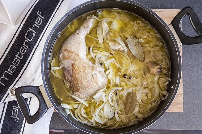 מכסים בהמוניייייי שמן, ונותנים לעוף והתבשל על להבה נמוכה שעתיים או עד שהבשר נפרד מהעצם בקלות. צילום: אסף אמברם
