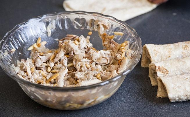 לעוף המפורק מוסיפים צנוברים ושקדים קלויים בשפע שמן, סומאק ומלח. צילום: אסף אמברם