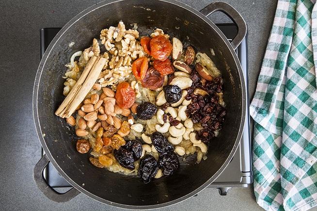 """מקלות קינמון ופירות יבשים (כנ""""ל, 4 סוגים) צילום: אסף אמברם"""