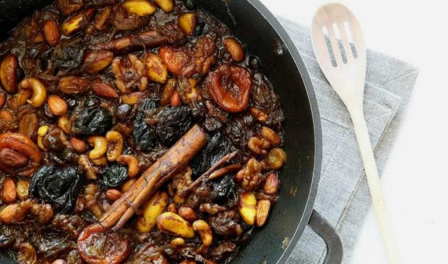 טנזיה - תבשיל פירות יבשים ואגוזים מהמטבח המרוקאי. צילום: אסף אמברם