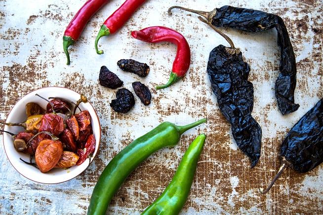 הבסיס של המטבח המקסיקני: המוני פלפלים חריפים. צילום: שרית גופן