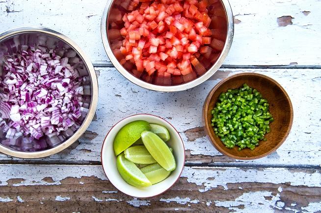 ליים, עגבניות, בצל וצ'ילי ירוק • הבסיס לפיקו דה גאיו. צילום: שרית גופן