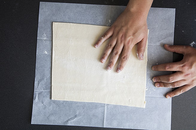 את בצק העלים מניחים על נייר אפייה מקומח, שלא יהיה שום סיכוי שידבק. צילום: אסף אמברם