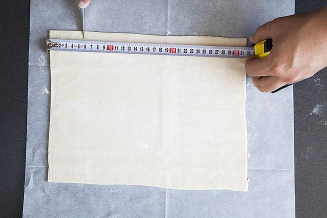 מסמנים על אורך הבצק חמישה סימונים במרווחים שווים. צילום: אסף אמברם