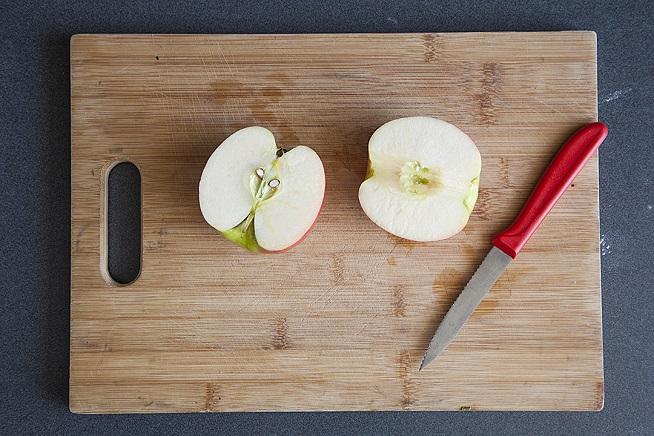 חותכים את התפוחים לאורך ומחלצים את הליבה. צילום: אסף אמברם