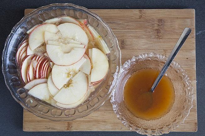 שולחים את התפוחים לריכוך קל במיקרוגל ומכינים קערית עם ריבה כלשהי. צילום: אסף אמברם