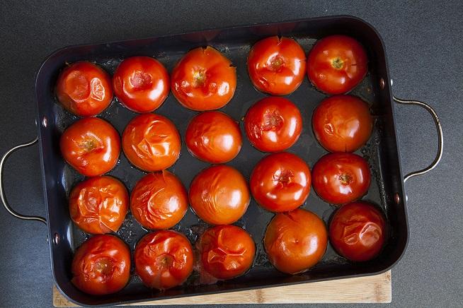 אחרי מכת חום בתנור, המים שמתאדים מהעגבנייה ישחררו את הקליפות. צילום: אסף אמברם