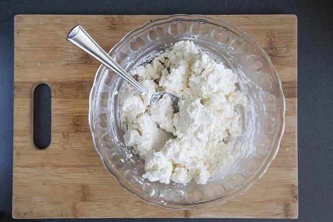 גבינת ריקוטה ובולגרית מעורבבות להן. צילום: אסף אמברם