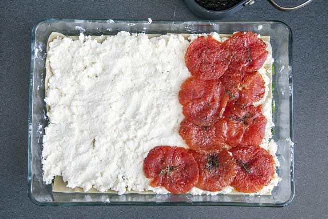 ומעל הגבינות שמים רעפים רעפים של העגבניות הצלויות. צילום: אסף אמברם
