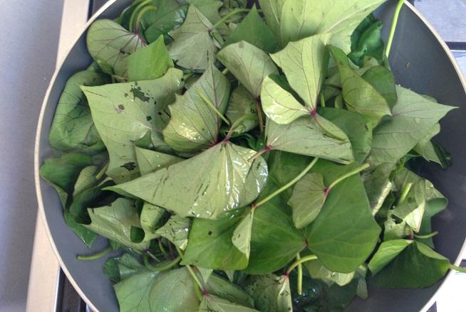 מוסיפים את כל העלים ומבשלים עד שהם מתרככים