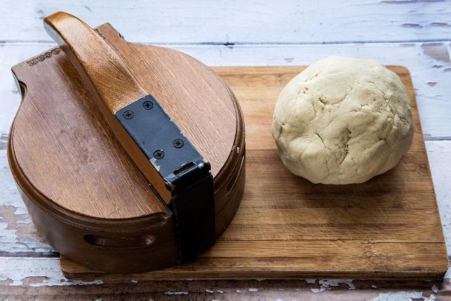 הבצק והמכבש. צילום: שרית גופן