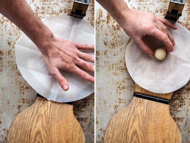 מניחים כדור בצק במרכז המכבש, ופוחסים אותו מעט. צילום: שרית גופן