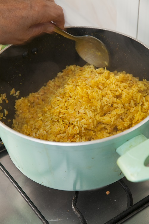 מבשלים הכל עד שהעדשים והאורז רכים. צילום: אסף אמברם