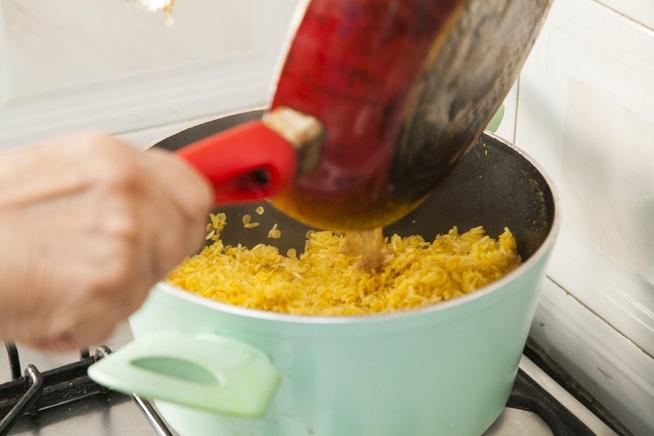 יוצקים אל האורז והעדשים המכורכמים. צילום: אסף אמברם