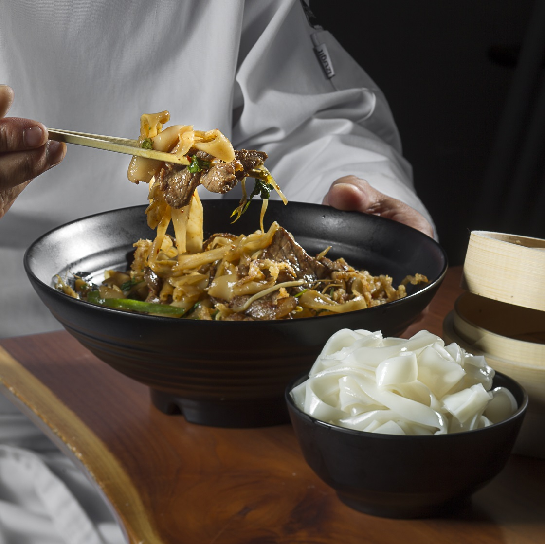 אטריות אורז טריות, והמנה שמכינים מהן בג'ירף. צילום: אנטולי מיכאלו