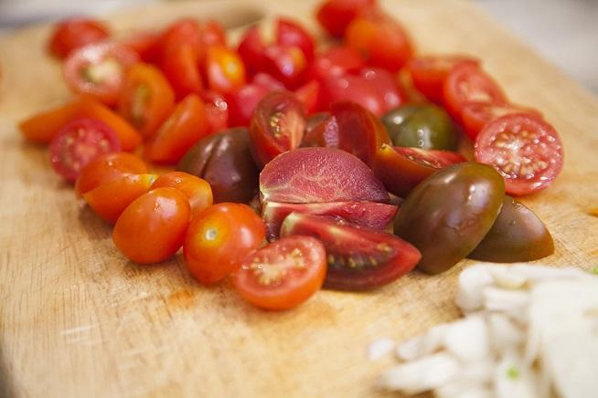 והתוספת שלי למסיבה: כל מיני עגבניות שרי. צילום: אסף אמברם