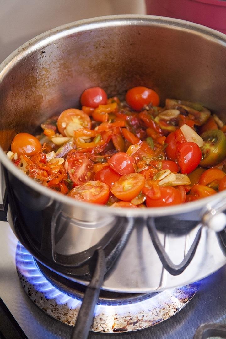 הבאות בתור הן העגבניות - קודם השרי, אחר כל העגבניות הרגילות המקולפות. צילום: אסף אמברם